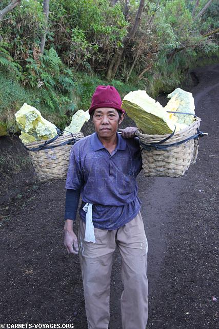 Porteur de souffre Volcan Kawah Ijen Indonésie