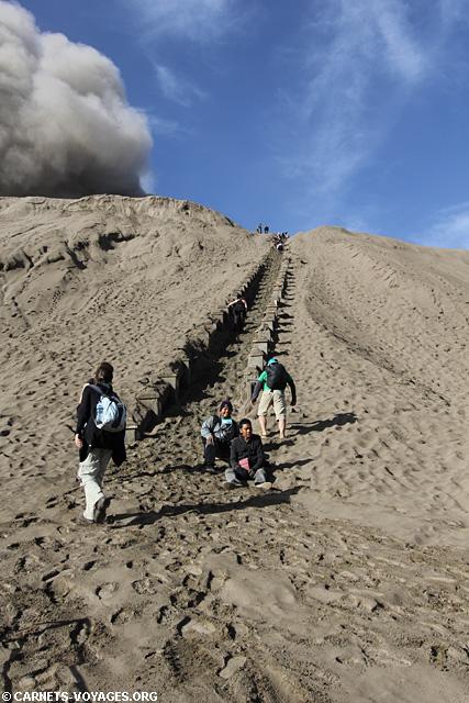 Escalier sous les cendres volcan Bromo Indonésie