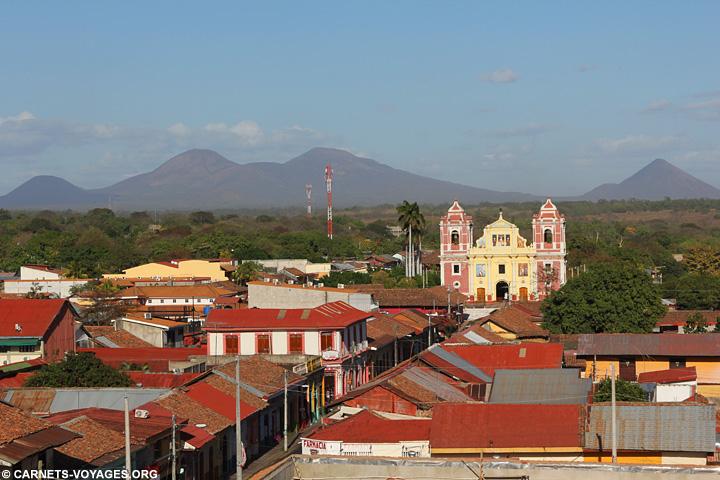 Leon Vue sur l'iglesia El Calvario et les volcans