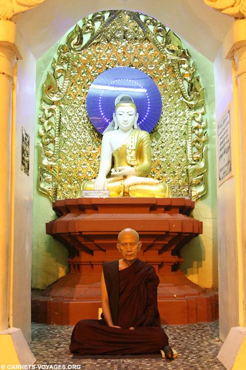 Moine pagode Shwedagon Yangon Birmanie
