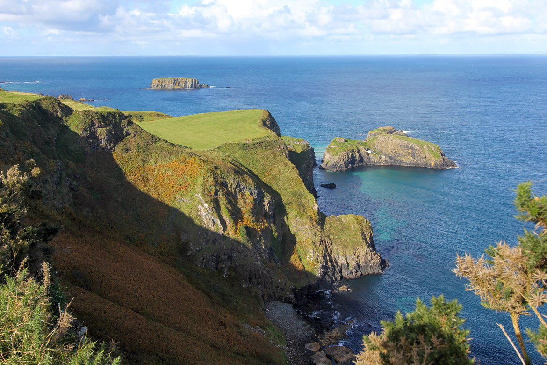 Vue carrick-a-rede Causeway Coastal Route Irlande