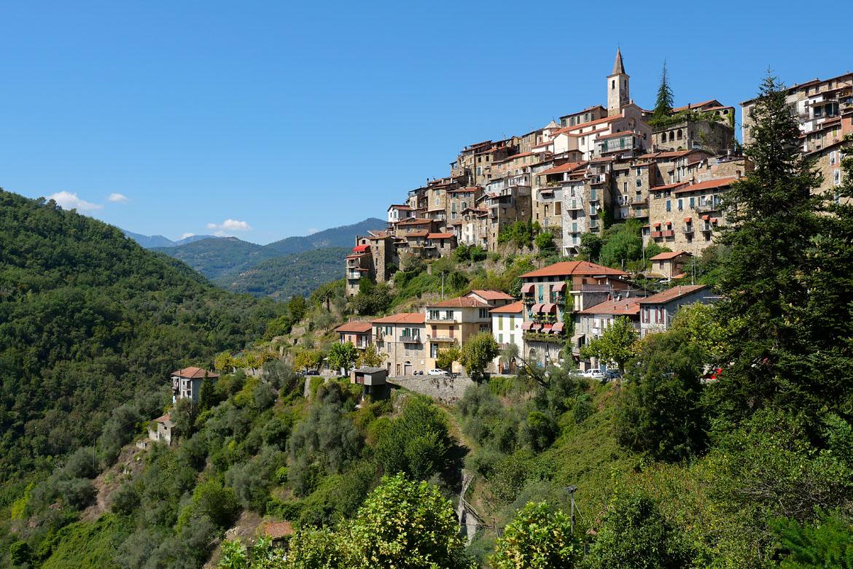 Apricale village perché de Ligurie en Italie