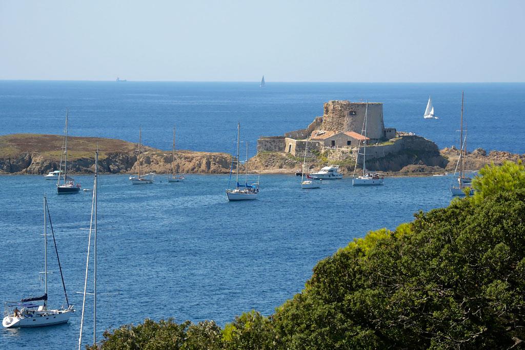 Crique et fort sur l'île de Porquerolles France