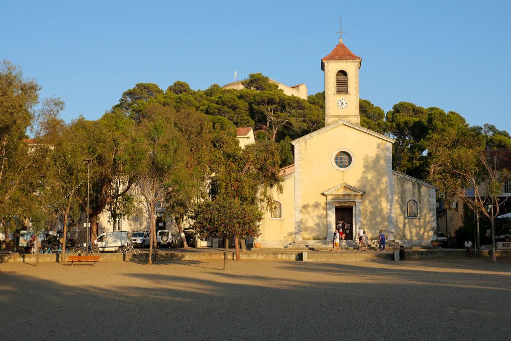 Eglise et place du village Porquerolles