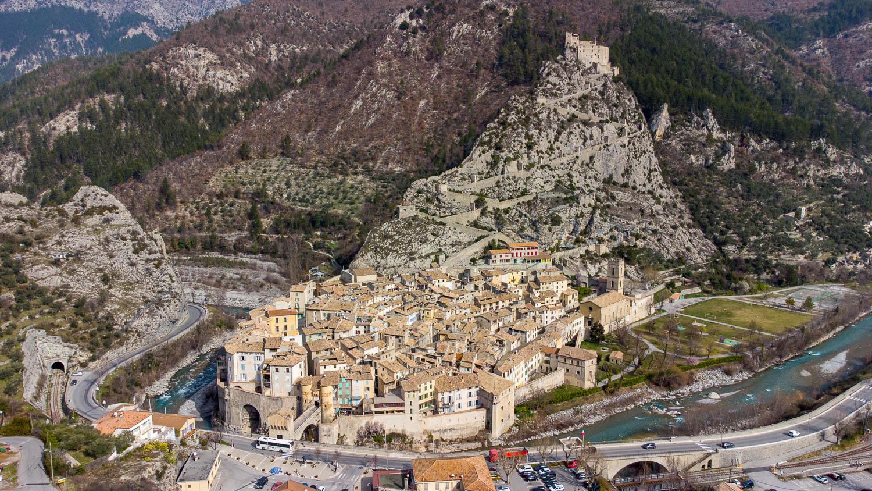 Cité médiévale et Vauban d'Entrevaux dans les Alpes de Haute Provence (vue drone)