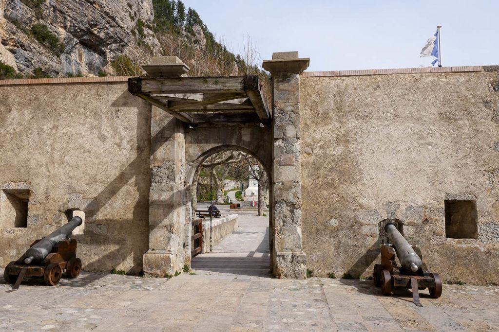 Porte d'Italie et canons cité médiévale Entrevaux