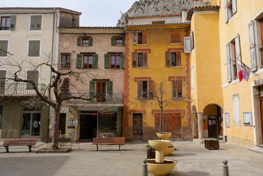 Place village médiéval Entrevaux Alpes de Haute Provence