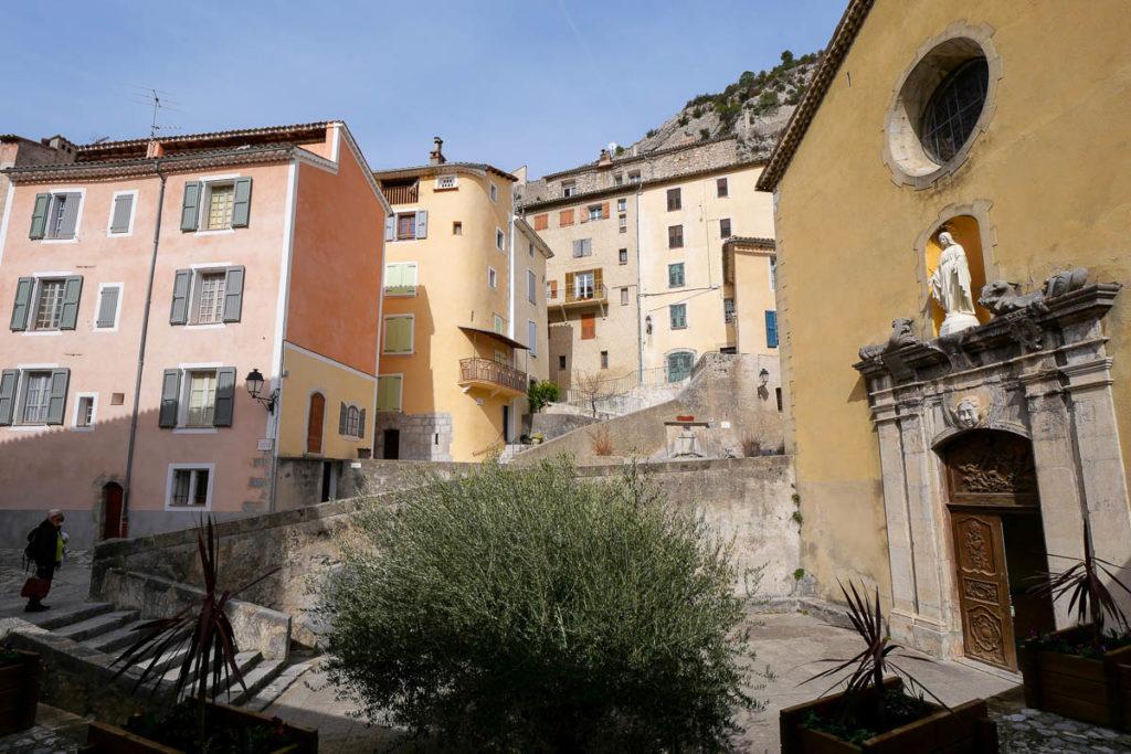 Place église village médiéval Entrevaux Alpes de Haute Provence