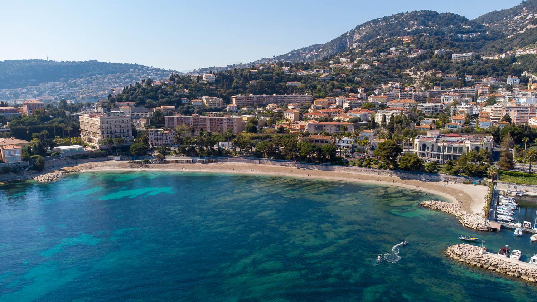 Plage et baie des Fourmis à Beaulieu sur Mer Côte d'Azur (vue drone)