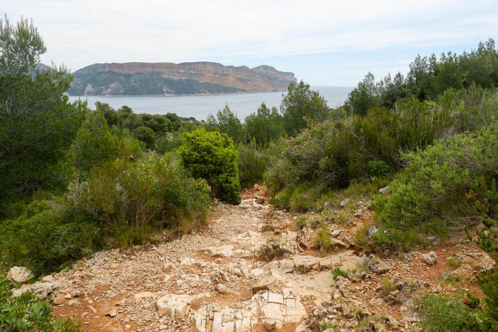 Sentier randonnée calanque d'en-vau par la piste intérieure vue cap canaille marseille cassis