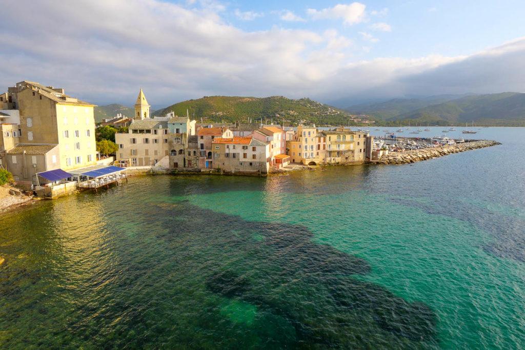 Point de vue sur le village de Saint-Florent dans le Nebbio en Corse