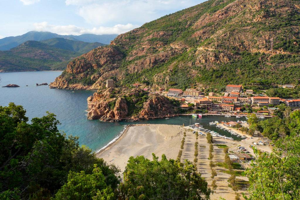 Vue sur le village de Porto Ota et la tour génoise Corse