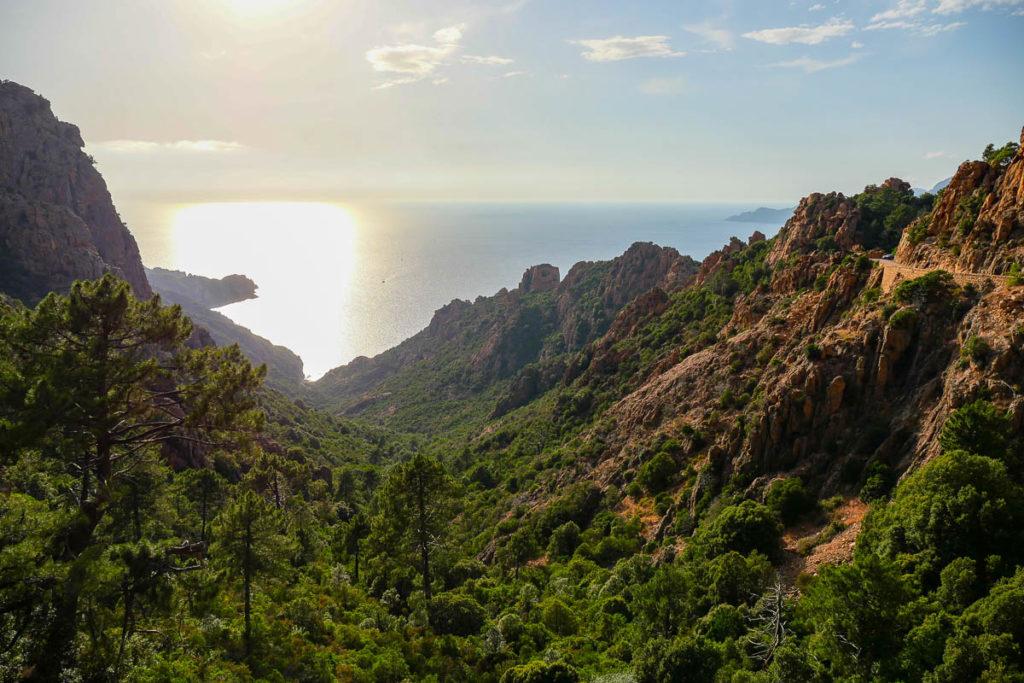 Vue sur les calanques de Piana depuis la terrasse du chalet des roches bleues en Corse
