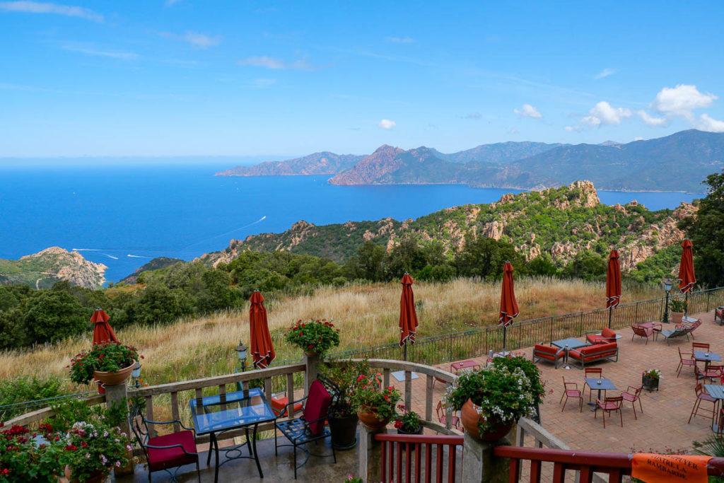 Vue sur les calanques de Piana depuis la terrasse des roches rouges en Corse